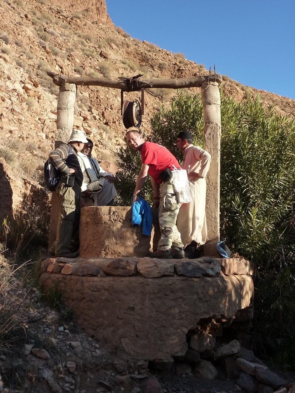 puits asséché accompagné par les villageois marocains et de l'expert sourcier français Philippe Wojtowicz