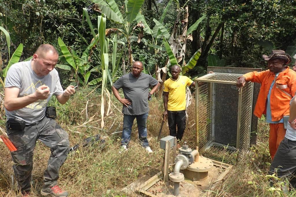 vérification du passage d'eau pour un forage à très faible débit au Cameroun par l'expert sourcier français Philippe Wojtowicz