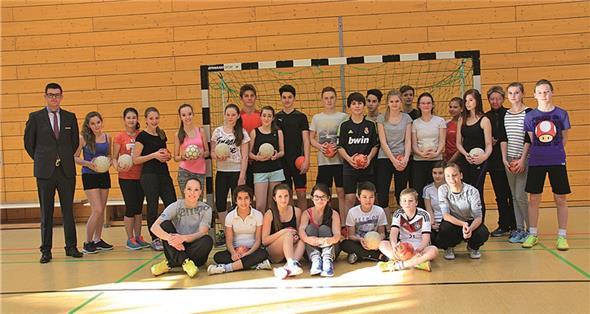 achtklassler trainieren mit profi handballerinen