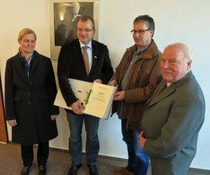 Die Übergabe der 2677 Unterschriften an Bürgermeister Lins. (Foto: Bürgerinitiative Nelliusstraße Hachen)