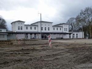 Ein ungewohnt freier Blick bietet sich inzwischen vom Gewerbegebiet Zu den Werkstätten auf den Arnsberger Bahnhof. Die bahn startet ihre Modernisierung am 2. Juni. (Foto: oe)