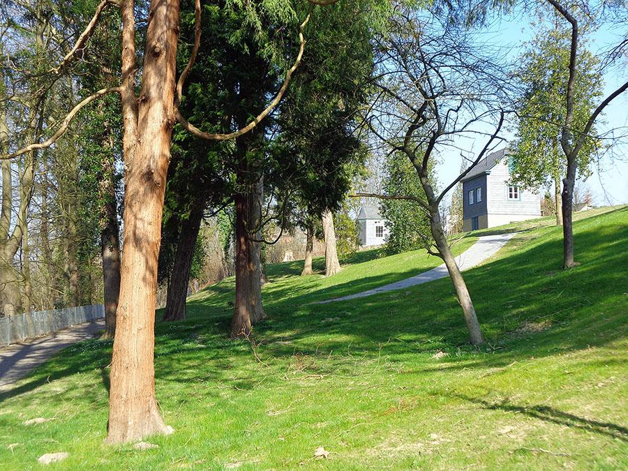 Nach der Renovierung der klassizistischen Gartenhäuschen ist im zweiten Bauabschnitt der Bürgergärten auch der Hang zum Mühlengraben neu gestaltet worden. (Foto: Stadt Arnsberg)