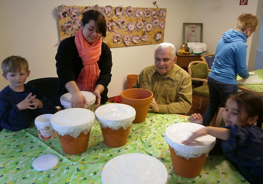 Kinder und Senioren feiern gemeinsam Frühlingsfest