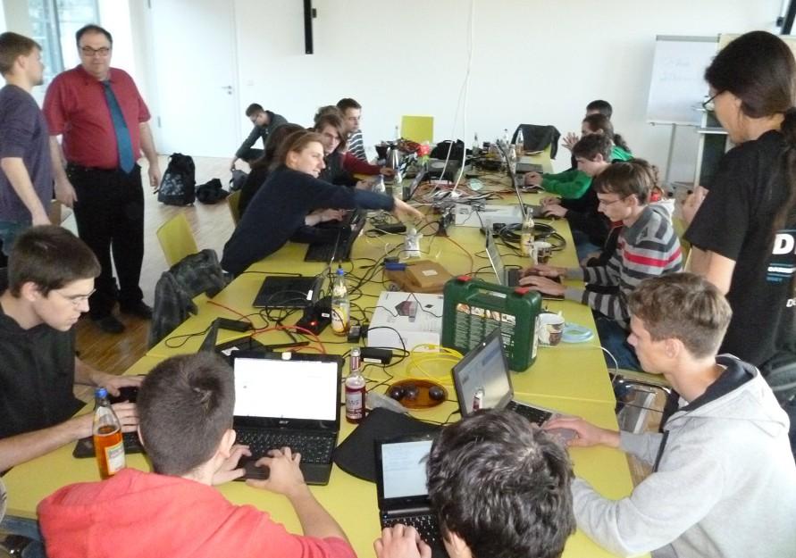 Intensives Arbeiten am Arnsberger Freifunk-netz: die U23-Gruppe des Chaos Computer Clubs Köln im Forum des peter Prinz-Bildungshauses. Foto: oe)