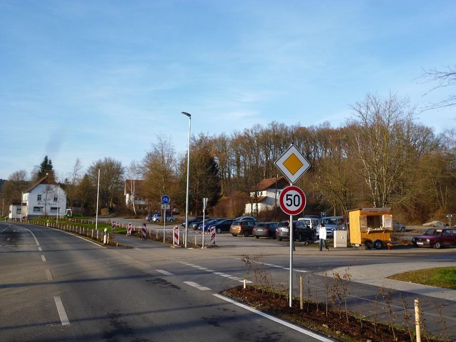 Blick über die neue Uferstraße auf das geplante Ferienparkgelände in Amecke. (Foto: oe)