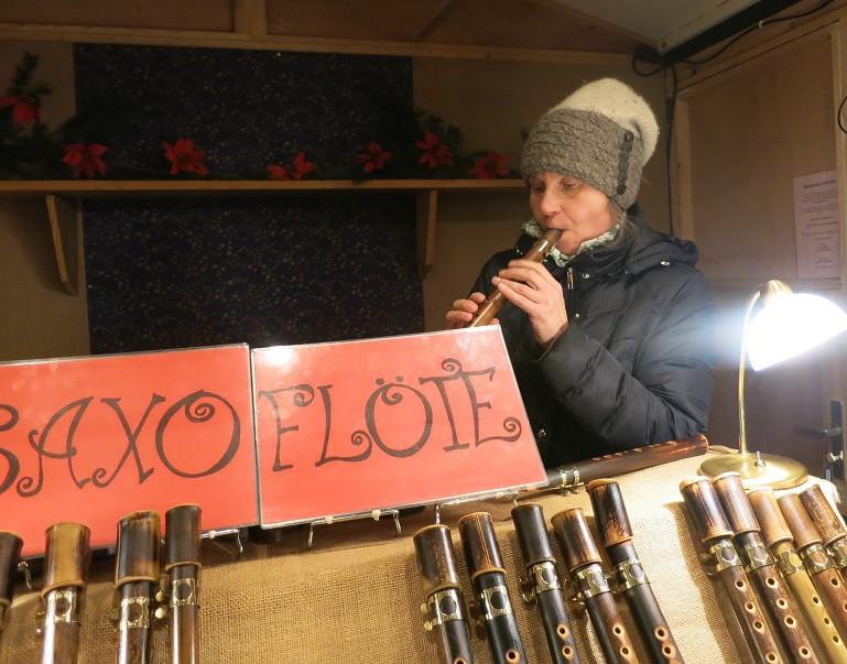 Saxophonistin und Saxoflötenbauerin beim Weihnachtsmarkt