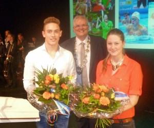 Ehrung für die beiden jungen Sportler Annika Deilmann und Moritz Kemper. Bürgermeister Vogel gratulierte mit Blumen. (Foto: oe)
