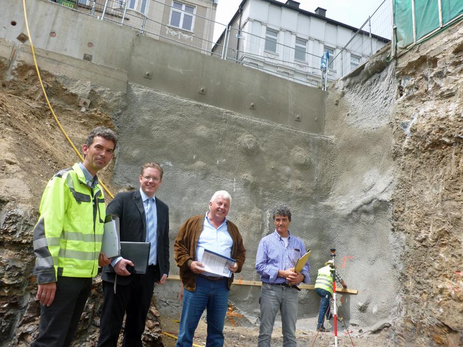 Pressegespräch acht Meter unter dem Niveau der Bömerstraße. Die aufwändig mit Beton und Stahl gesicherte baugrube ist fertig, jetzt kann nach oben gebaut werden. (Foto: oe)