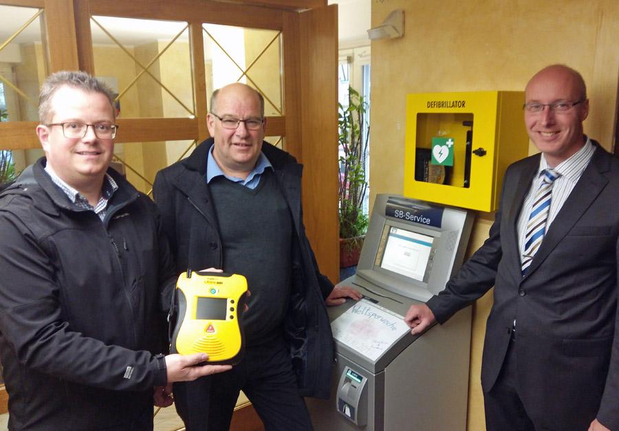 Christian Hins vom Förderverein, Ortsvorsteher Klaus-Rainer Willeke und Markus Sommer von der Volksbank (v. l. n. r.) präsentieren den neuen Defillibrator. (foto: oe)