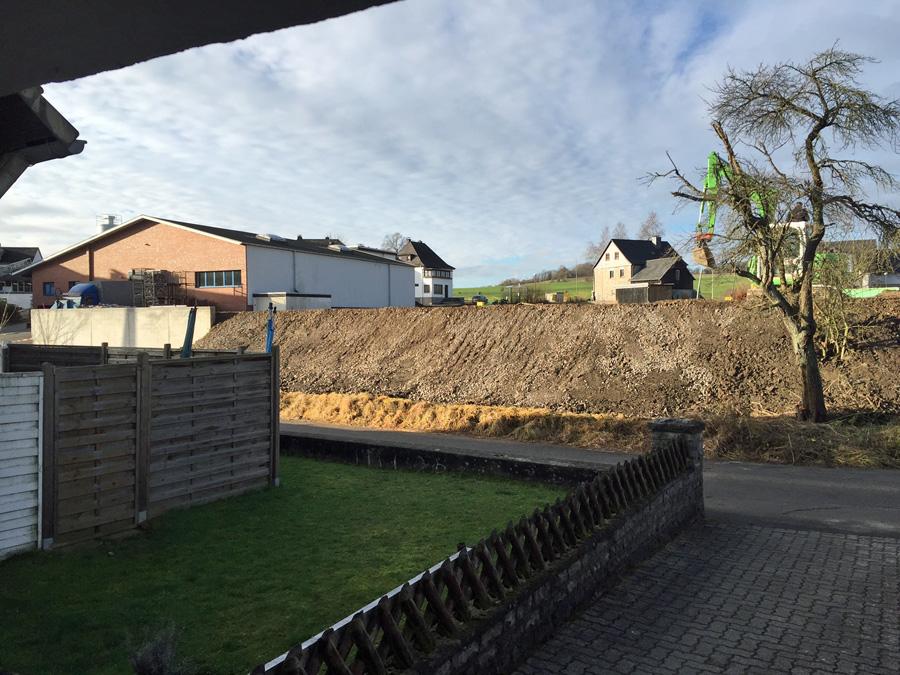 Blick auf das Netto-Grundstück nach der Anschüttung, auf die noch einmal sieben Meter  kommen sollen. (Foto: IG)
