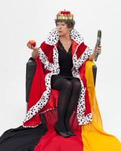 Lioba Albus als Königin in Egoland. (Foto: Sibylle Ostermann)