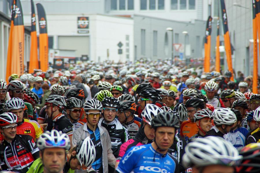 Mega-Sports: 1600 Mountainbiker lassen Verkehr stocken