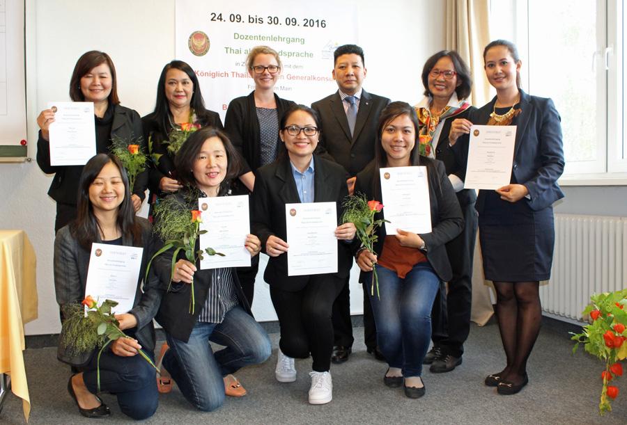 Konsul ehrt angehende Thai-Dozentinnen