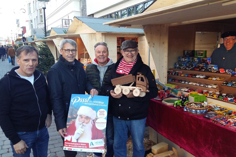 Der Neheimer Weihnachstreff ist eröffnet. Werner Burgert, Heribert Scheidt, Renato Betti und Conny Buchheister (von links) laden zu einem Besuch ein. (Foto: oe)