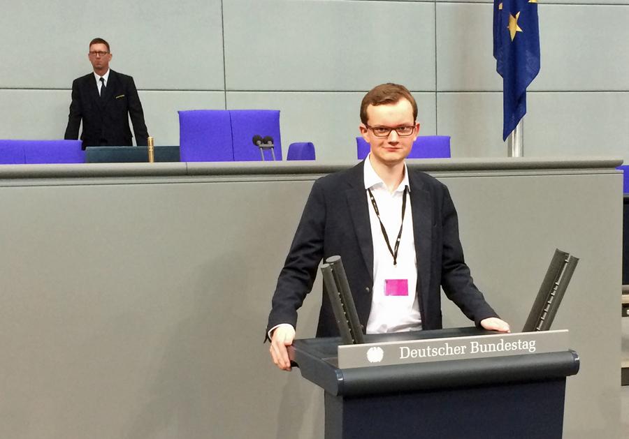Junger Neheimer am Rednerpult im Bundestag
