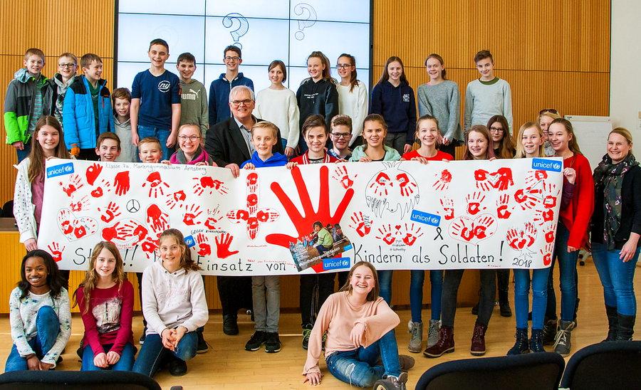 Mit roten Händen gegen Einsatz von Kindersoldaten