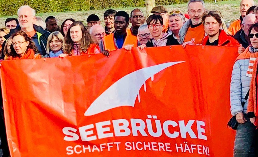 """""""Aktion Seebrücke"""": Über 100 Menschen demonstrieren für die Seenotrettung"""