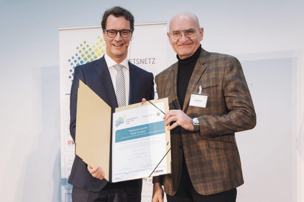 Mobilität steht in Sundern im Fokus: Verkehrsminister Wüst überreicht Bürgermeister Urkunde
