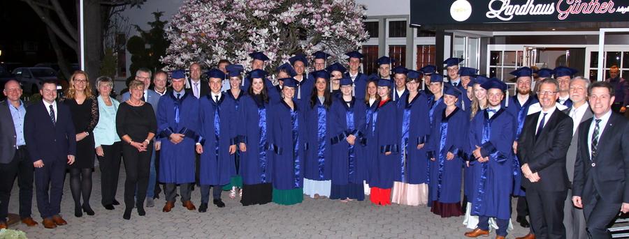 Verwaltungs- und Wirtschaftsakademie verabschiedet 31 Absolventen