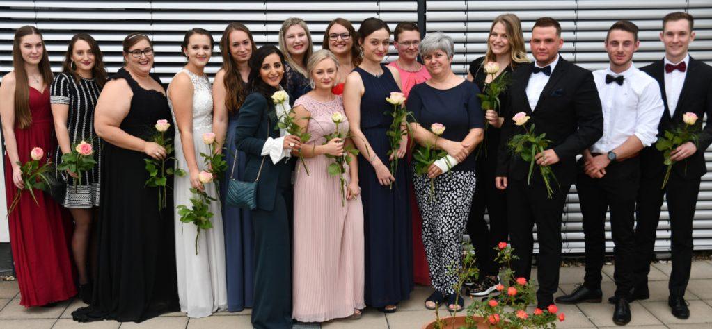 16 Gesundheits- und Krankenpfleger feiern Examen in Arnsberger Bildungsakademie