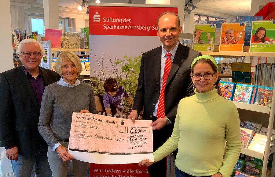 Stiftung der Sparkasse unterstützt Sunderns Stadtbibliothek