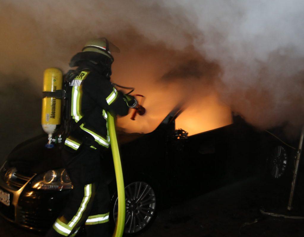 Pkw in Unterstand fängt in Arnsberg Feuer