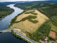 Das Gelände für die Amecker Ferienhausanlage oberhalb des Sorpesees ist abgeholzt. Viel mehr hat sich dort im letzten Jahrzehnt aber nicht getan. (Foto: überfliegen.media)