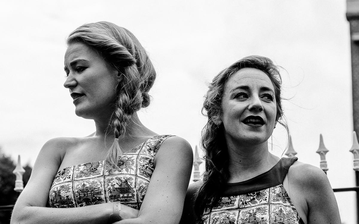 De Meisjes met de Wijsjes performing in front of the church of Midsland.