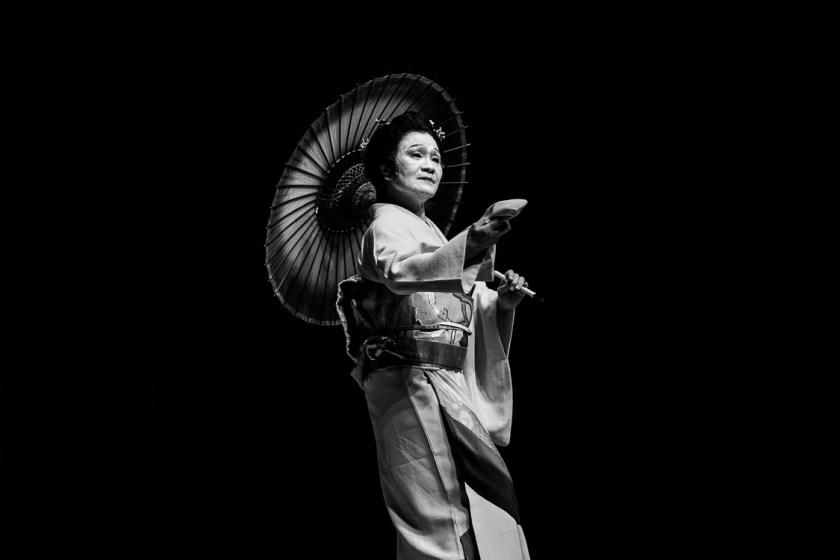 Een Japanse danseres voert een traditionele dans uit.