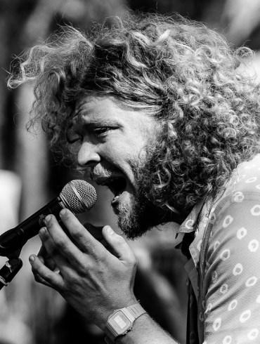 Boter Boter zingt een liedje op het pop-up poëzie podium van Proces-Verbaal.