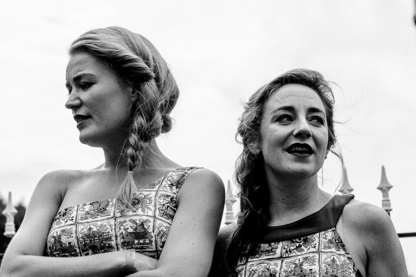 De Meisjes met de Wijsjes treden op bij de kerk van Midsland.