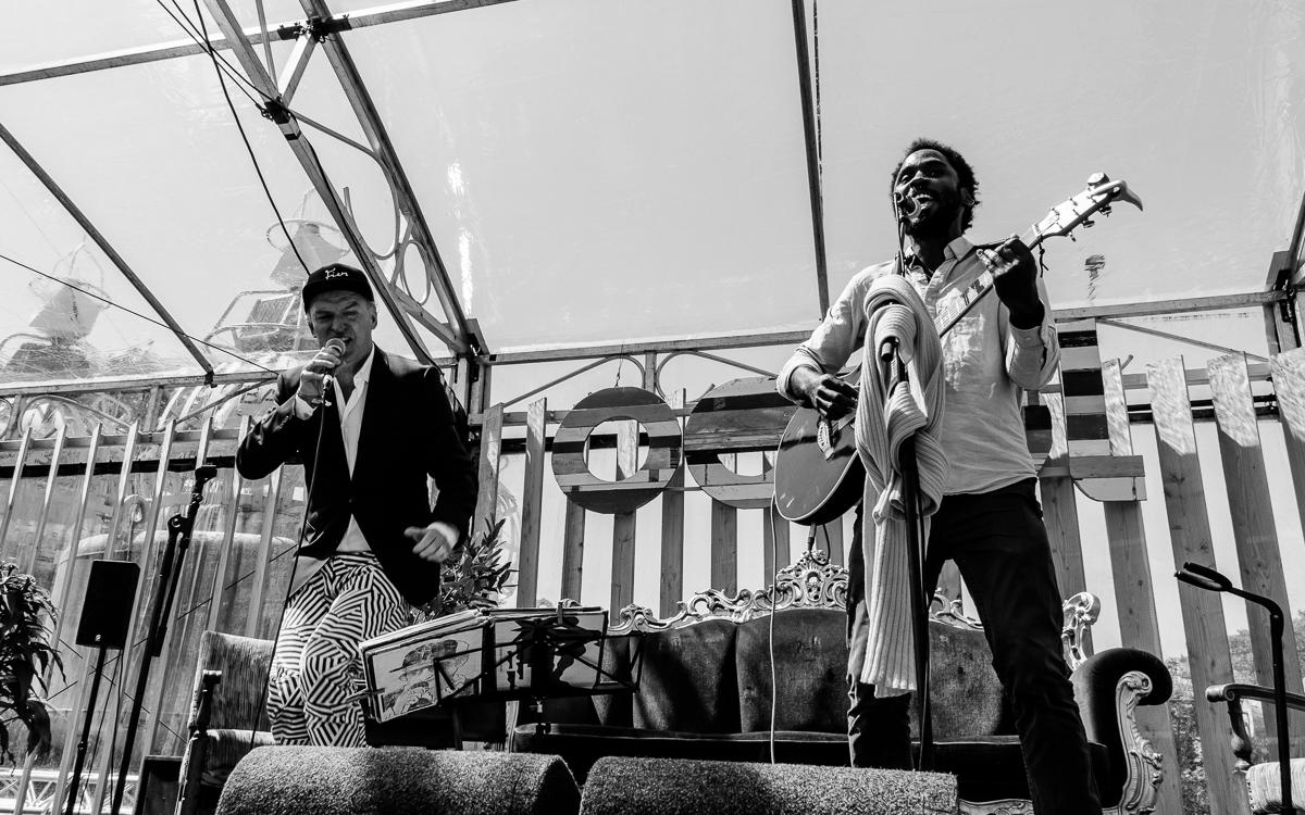 Wordbites en Jörgen UNOM treden op tijdens het Oerol Festival.