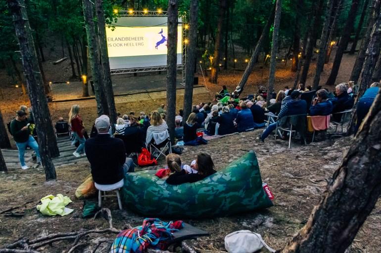 Publiek wacht op het begin van de film in het bos bij het Terschelling Openlucht Filmfestival 2019