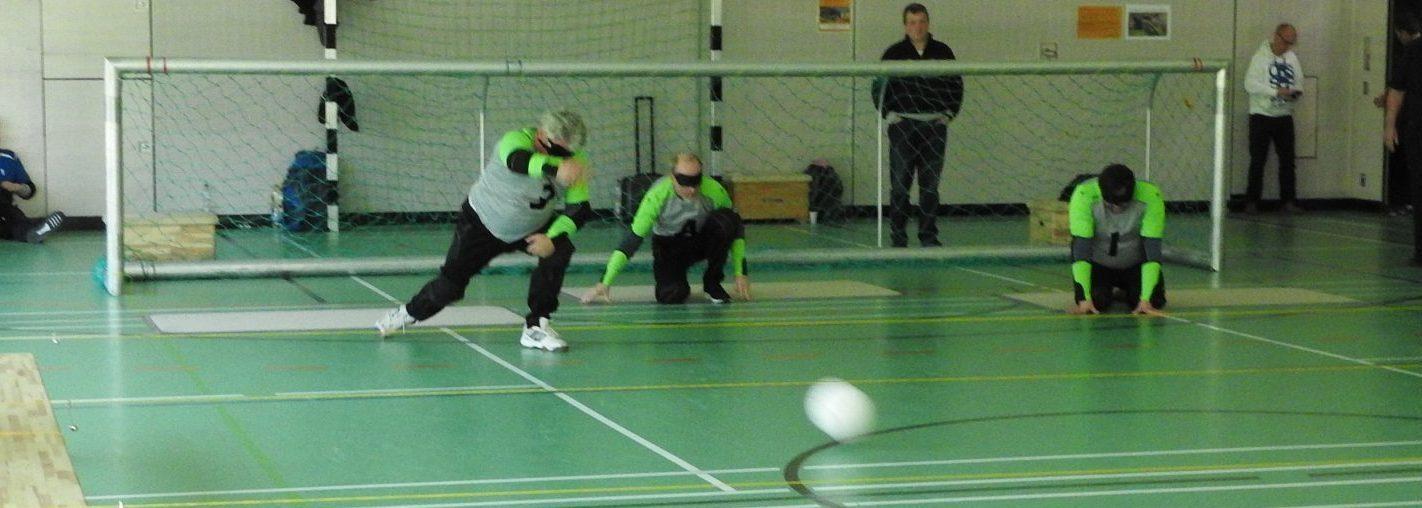 Spielszene Liga zwei: Das Team vom FSV Borgsdorf im Angriff. Ein Spieler hat den Ball gerade gworfen und dieser fliegte unter den Leinen durch