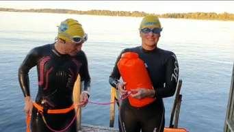Renate Hundsberger (rechts) mit ihrer Schwimmbegleiterin Angela Huy-Kugler