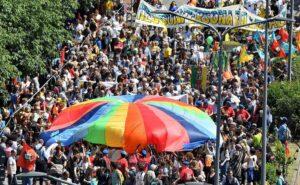 Grillo contro migranti vuole il reddito di cittadinanza e il Pd...marcia a Milano