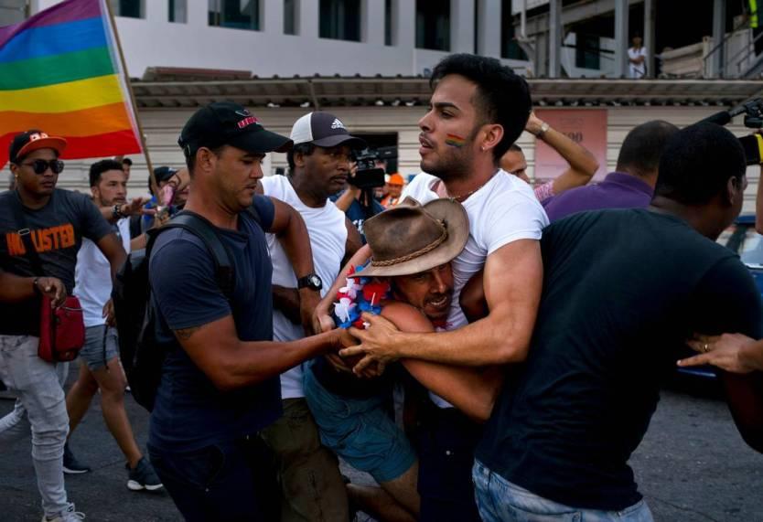 manifestanti lgbt cuba