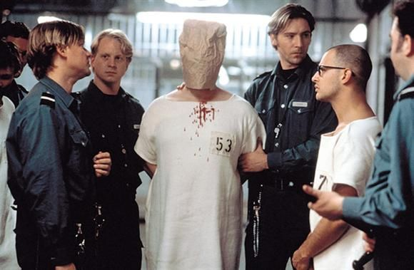 esperimento sociale nel film THE EXPERIMENT (2001)
