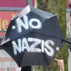 Regenschirm mit der Aufschrift No Nazis