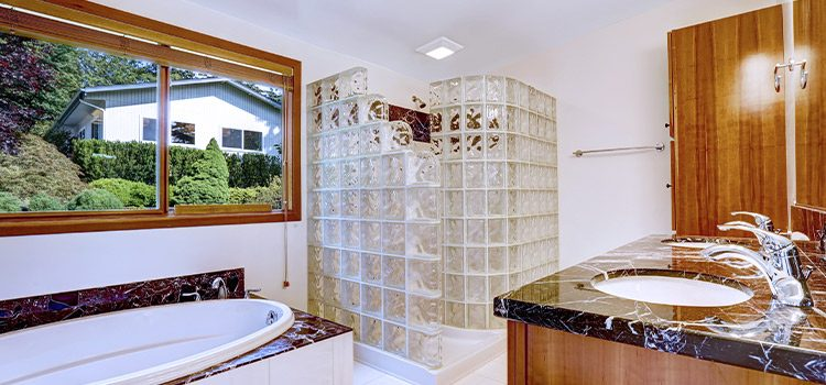 la brique de verre dans la salle de