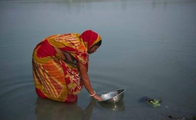 Wasserentnahme aus einem See in Indien