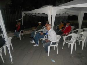 giovani che socializzano durante il presidio notturno
