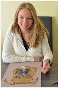 Cindy qui fait spécialiste du portrait au pastel
