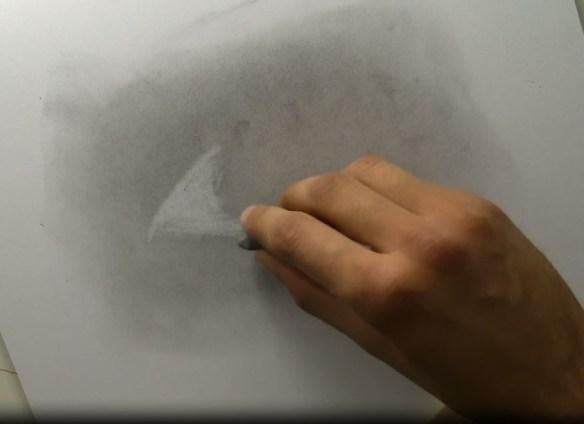 je dessiner avec ma gomme mie de pain sur un fond de poudre de graphite