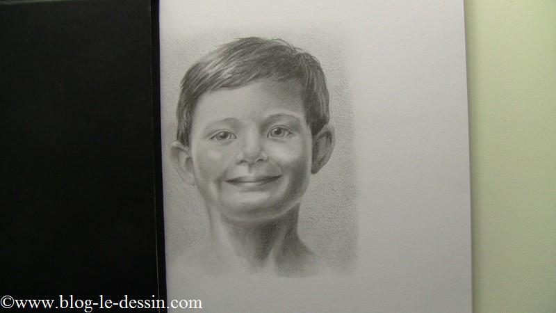 J'ai posé mon fidèle carnet de croquis à côté du portrait réalisé. Vous voyez que le visage paraît pâle maintenant.