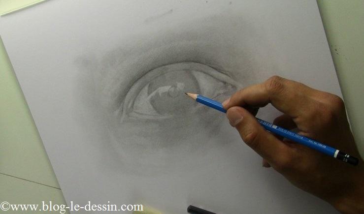 J'esquisse le contour de l'iris et débute le dessin d'un reflet.
