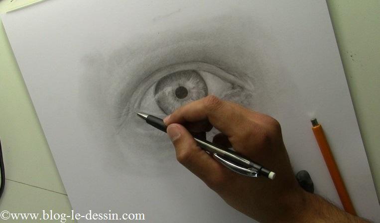 Je trace les cils de l'oeil avec mon porte-mine en une fois.