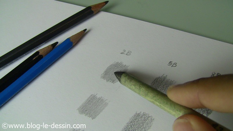 Je frotte avec le coin de la mine pour répartir le crayon sur la surface.