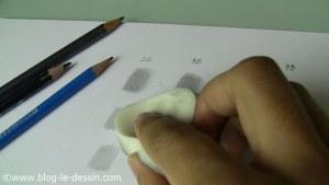 J'enroule l'éponge autour de mon doigt pour frotter le graphite.