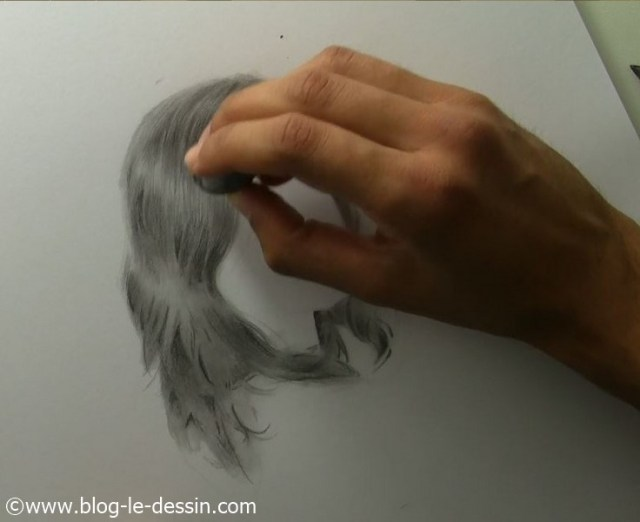 Je suis en train de tapoter sur mon dessin pour obtenir de très fins rehauts à la gomme.